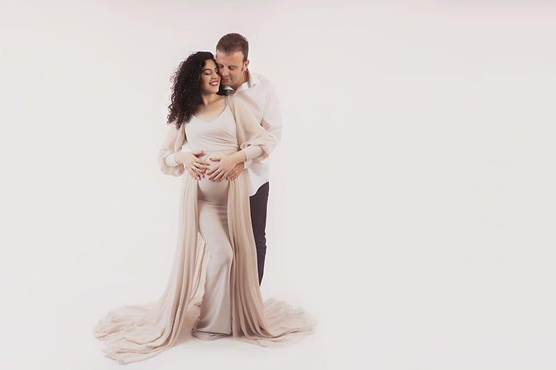 צילום הריון עם הבעל בסטודיו על רקע לבן