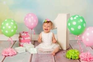 צילום יום הולדת לתינוקת בת שנה עם בלונים ירוקים וורודים