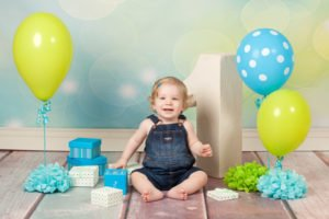 צילומי יום הולדת עם בלונים ומתנות לתינוק בן שנה