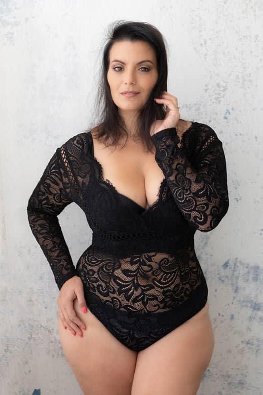 דקל זרד עם בגד גוף שחור סקסי בצילומי נשיות בסטודיו יעל אלעד
