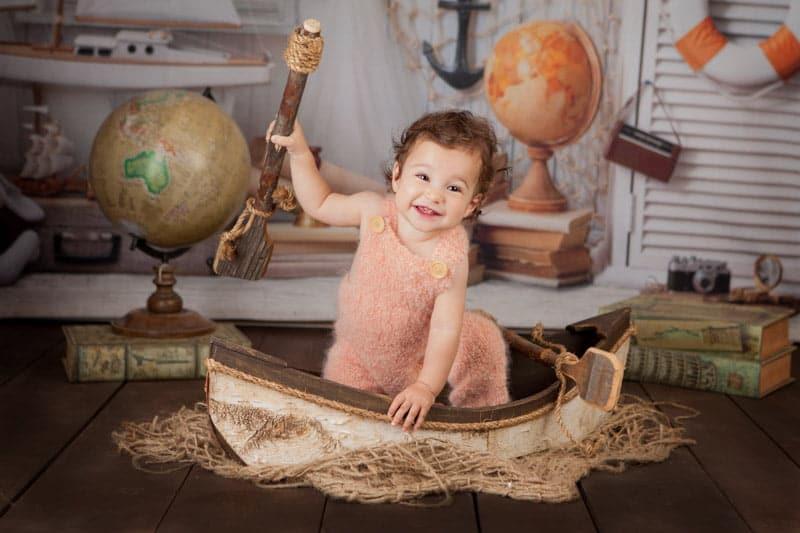 צילומי יום הולדת לתינוקת יושבת בסירה
