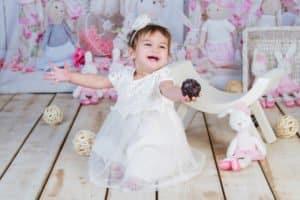 צילומי יום הולדת לתינוקת בת שנה על רקע ארנבונים