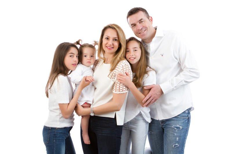 צילום יום הולדת לתינוקת בת שנה עם אמא ואבא והאחיות
