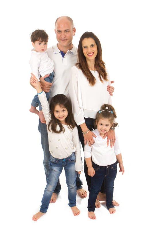 צילומי משפחה של אמא ואבא עם שתי האחיות והתינוק