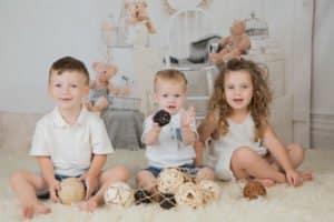 צילום משפחתי לשני אחים ואחות