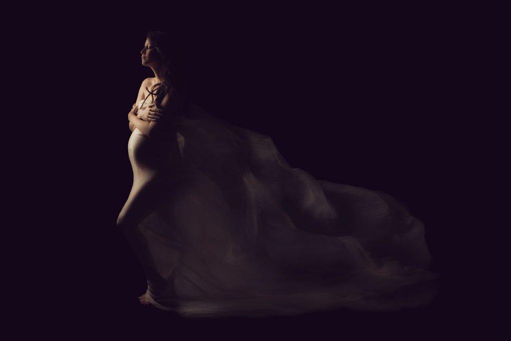 צילום הריון להילה עם בד לבן מתנפנף