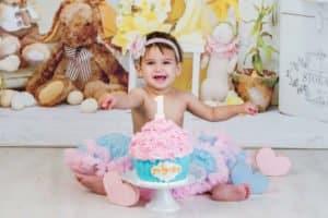 צילומי קייקסמאש בנות לתינוקת לשילת עם עוגת קרם צבעונית