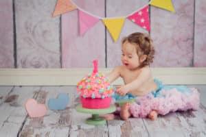 צילומי יום הולדת סמאשקייק עם עוגת קרם צבעונית קייקסמאש בנות