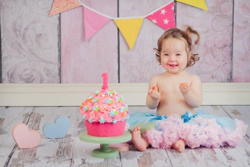 קארין חוגגת יום הולדת שנה עם עוגת קרם ורודה ופרחים צבעוניים