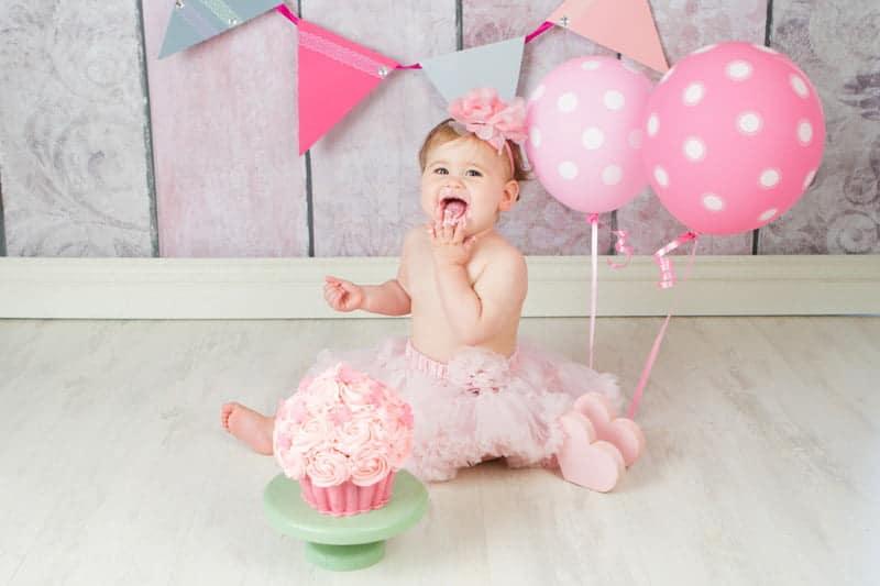 צילומי קייקסמאש בנות עם עוגה לתינוקת בת שנה בחצאית ורודה ובלונים