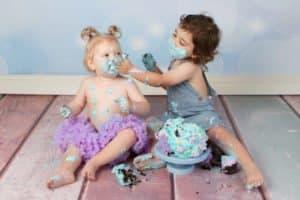 לירון מורח קרם מהעוגה על אחותו שני במהלך צילומי קייקסמאש
