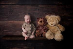 תינוק מחייך בזמן צילום ניובורן בסטודיו יעל אלעד