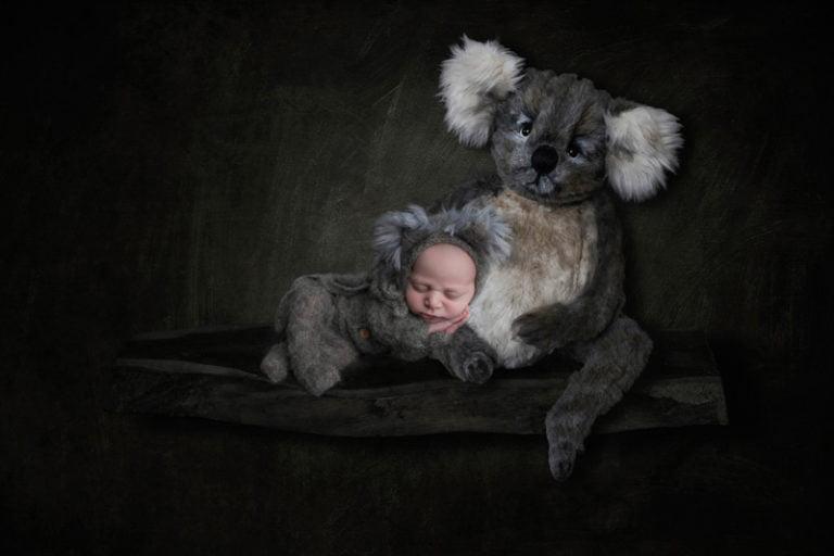 צילומי ניו בורן לתינוקת עם בובת קואלה