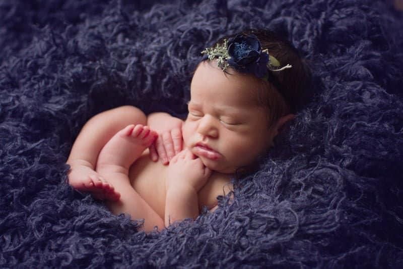 צילום ניובורן לתינוקת ישנה על פרווה כחולה