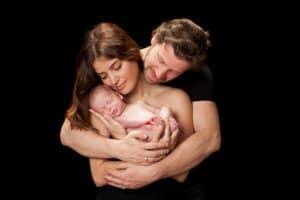 צילומי ניו בורן לתינוק המוחזק על ידי אמו ואביו