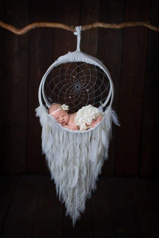 צילום ניובורן לתינוקת עם חצאית לבנה על לוכד חלומות לבן