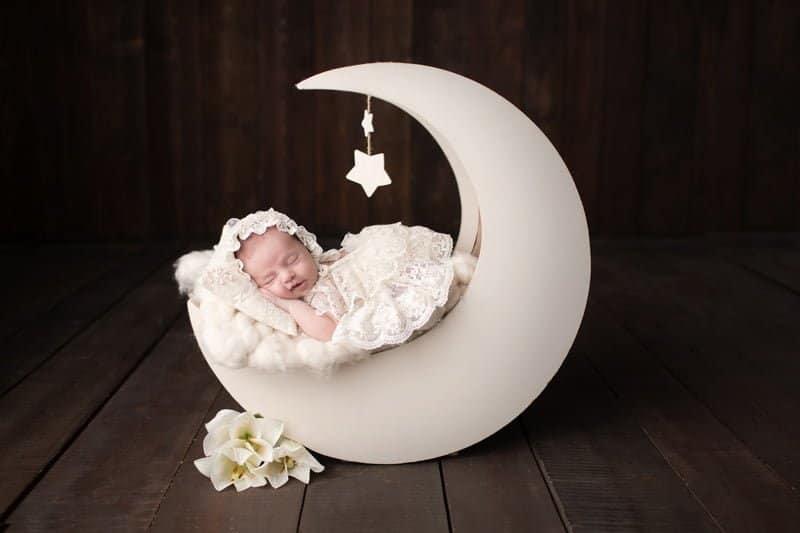 צילום ניובורן לתינוקת על אביזר דמוי ירח