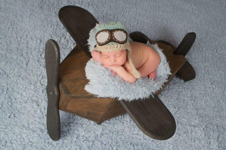 צילום ניובורן לתינוק ישן על אביזר דמוי מטוס