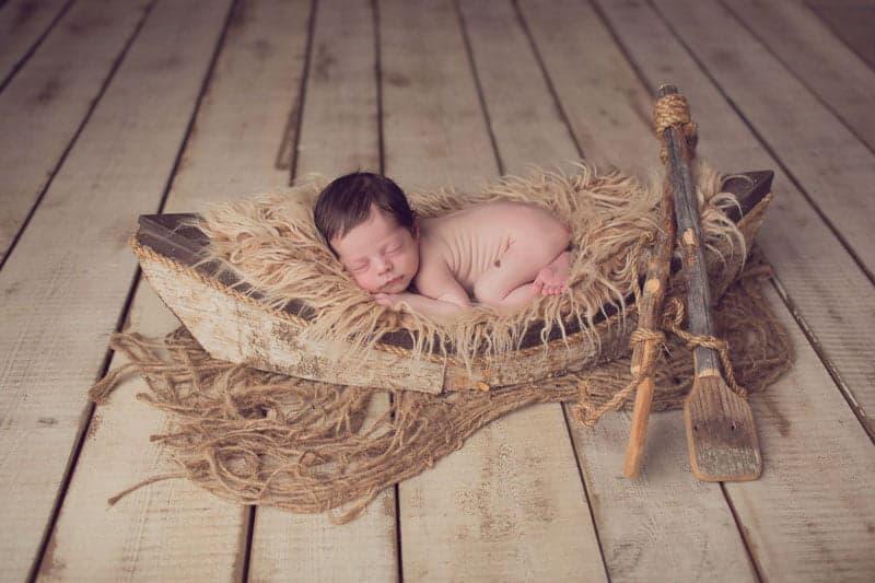 תינוק ישן בסירה בזמן צילום ניובורן