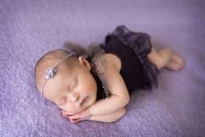 צילום ניובורן לתינוקת בשמלה סגולה