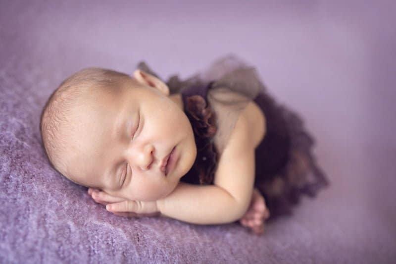 צילום ניובורן לתינוק בשמלה סגולה