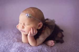 צילום ניובורן לתינוקת בת שישה ימים בסטודיו יעל אלעד