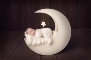 צילום ניו בורן לתינוק בן שבוע המצולם על אביזר ירח