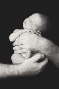 צילום ניו בורן לתינוק בידי הוריו