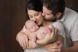 תינוק בן עשרה ימים בצילומי ניו בורן עם הוריו