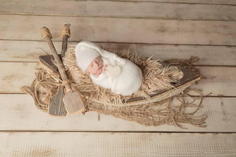 צילום ניובורן לתינוק שישן בסירה