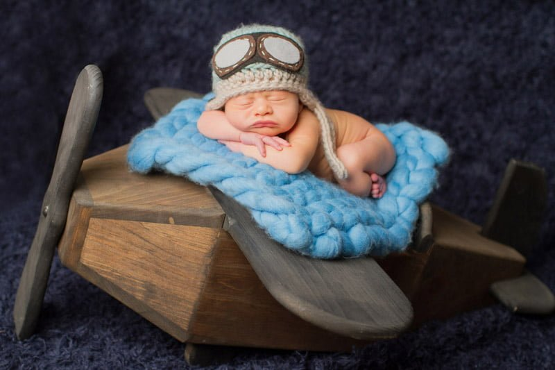 צילומי ניובורן לתינוק שישן על מטוס