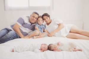 צילום ניו בורן לתאומים שרק נולדו עם כל המשפחה