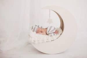 תינוק ניובורן ישן על הירח במן צילומים
