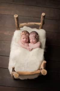 צילום ניו בורן לתאומות שרק נולדו על אביזר עץ ייחודי