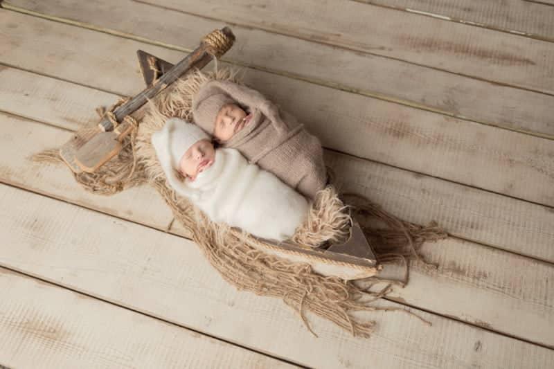 צילומי ניו בורן לתאומים בני שישה ימים בשילוב אביזרים