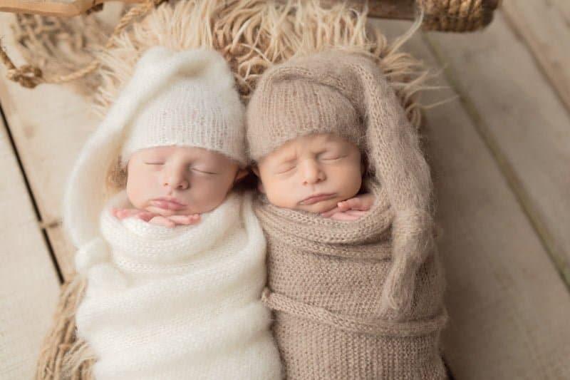 שני תינוקות בני שישה ימים בצילומי ניובורן בסטודיו