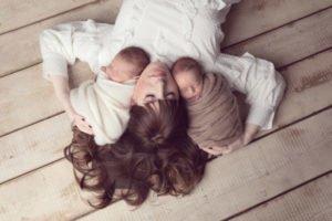 צילומי ניובורן לתאומים עם האמא
