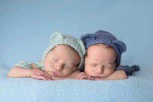 צילומי ניובורן לתאומים בשילוב כובעים תואמים על רקע תכלת