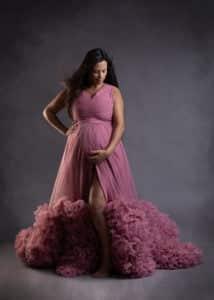 קרן בצילומי הריון עם שמלה ורודה