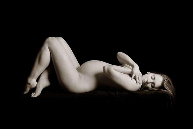 צילום הריון בעירום על רקע שחור