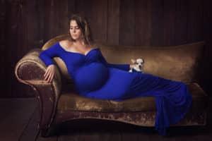 צילום הריון לקוראל עם שמלה כחולה