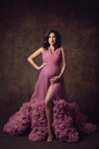 צילום הריון לאתי בשמלה ורודה