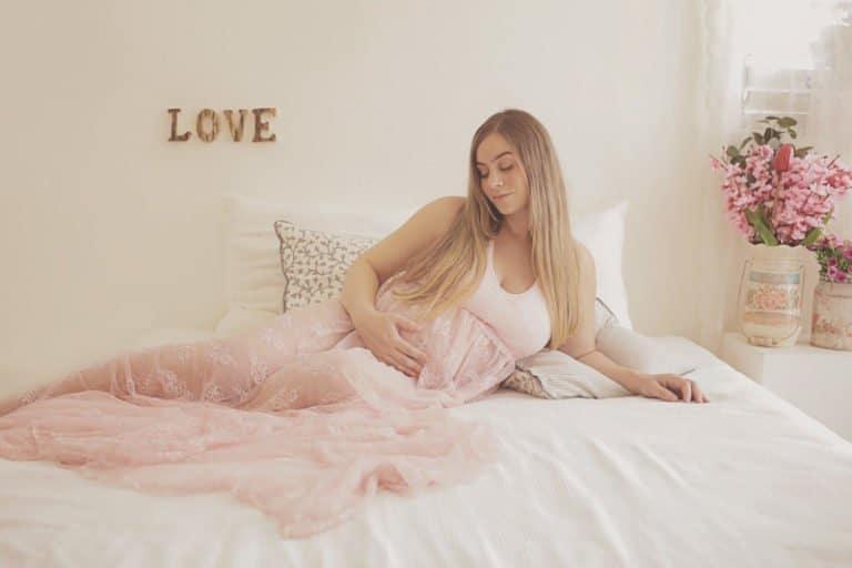 צילומי הריון בתאורה טבעית עם שמלה ורודה