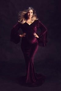 צילום הריון ליפית בשמלה קטיפה סגולה