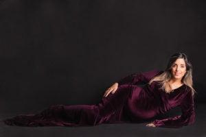 צילום הריון ליפית בשמלת קטיפה סגולה