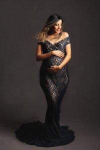צילום הריון ליפית בשמלה אפורה
