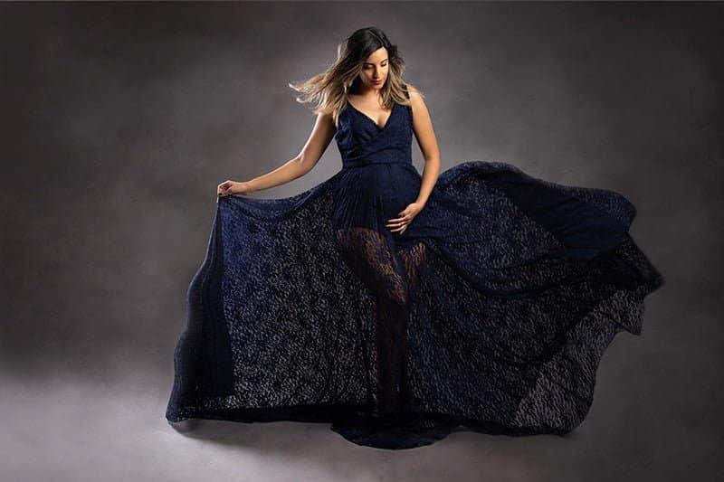 צילום הריון ליפית בשמלה כחולה על רקע אפור