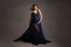 צילום הריון ליפית בשמלת תחרה