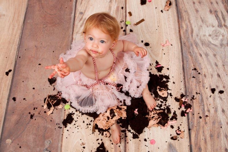 אנה בצילומי קייקסמאש עם עוגה מעוכה