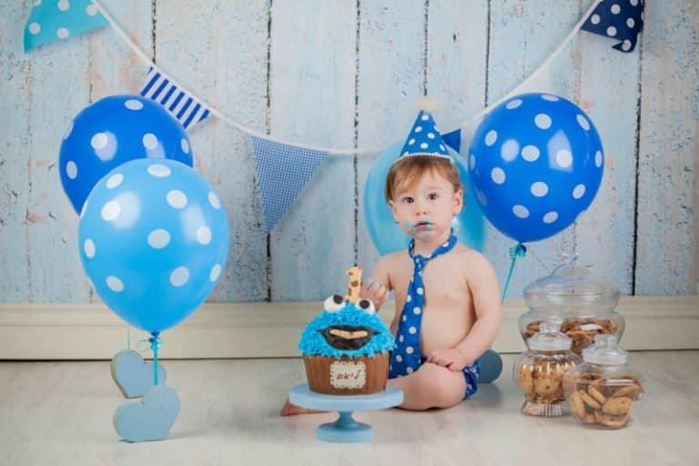צילומי קייקסמאש בנים עם עוגת קרם של עוגיפלצת ובלונים כחולים